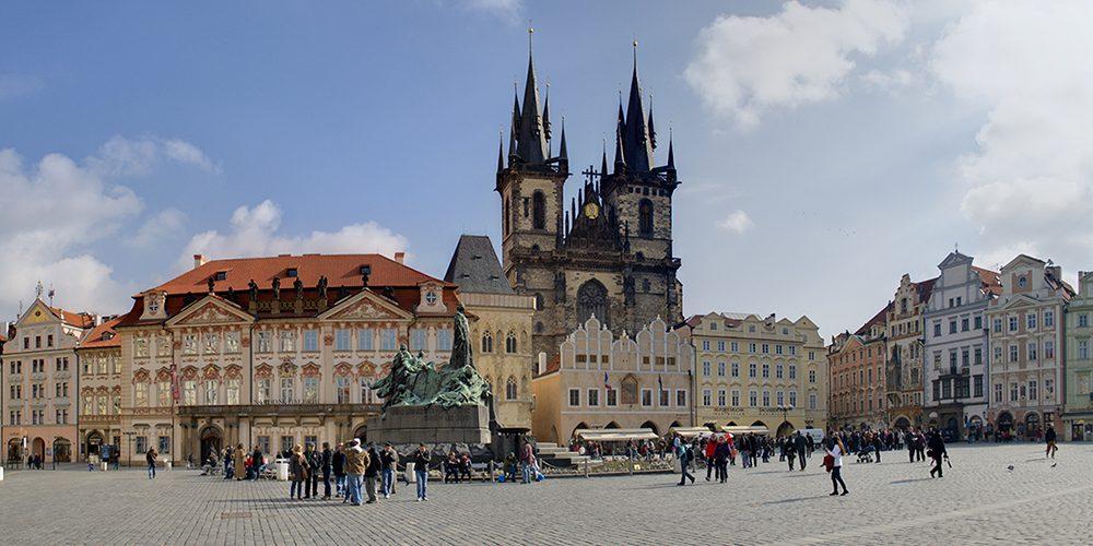Old_Town_Square_Praga_small-1-1000x500